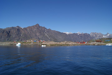 Papiers peints Arctique Greenland : bay with an inuit village, colored houses bay with an inuit village