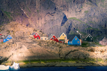 Autocollant pour porte Pôle Greenland : bay with an inuit village, colored houses bay with an inuit village