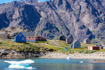 Photo sur Plexiglas Pôle Greenland : bay with an inuit village, colored houses bay with an inuit village