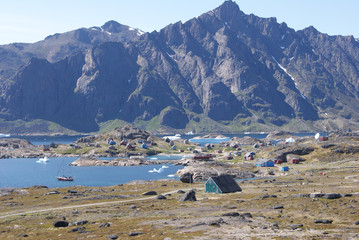 Papiers peints Arctique Greenland,: bay with an inuit village and a sailing boat
