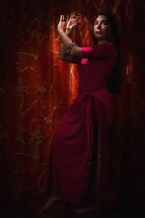 Danzatrice orientale con vestito rosso