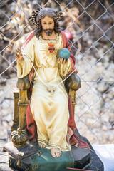El santo cristo dando la bendición desde su trono