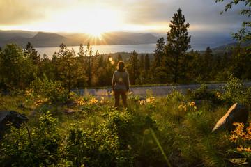Girl enjoying the Sunset overlooking the okanagan lake in Penticton british columbia Canada Fototapete