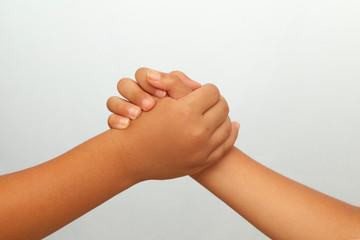 握手する子供の手