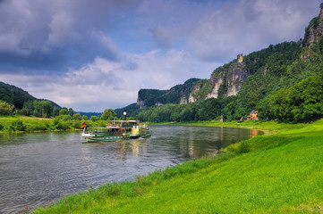 Elbsandsteingebirge Elbe mit Schiff - Elbe sandstone mountains, river and ship