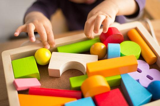 おもちゃで遊ぶ子共