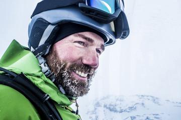 Portrait Skifahrer mit vereistem Bart