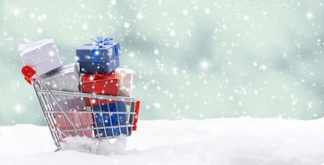 Einkaufswagen voll mit Weihnachtsgeschenke.