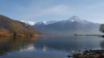 Panorama del lago di Mezzola con il Monte Legnone