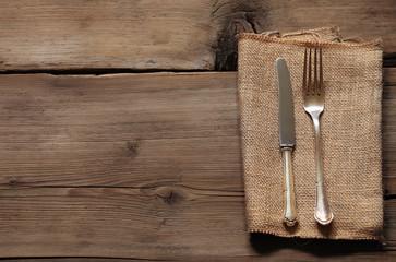 Besteck auf Holztafel