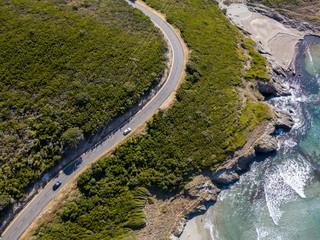 Vista aerea della costa della Corsica, strade serpeggianti e calette con mare cristallino. Penisola di Cap Corse, Corsica. Tratto di costa. Anse d'Aliso. Golfo d'Aliso. Francia