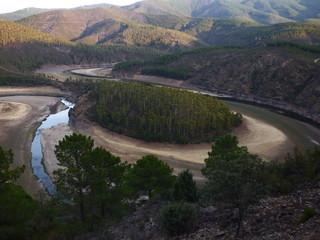 Meandro Melero en Riomalo de Abajo,las Hurdes (Extremadura, España) Fotografia aerea con Drone