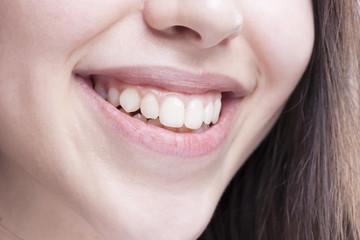 güzel beyaz dişli bir kadının gülümsemesi