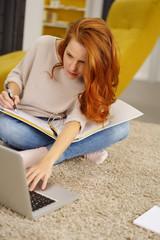 studentin lernt zuhause mit laptop und unterlagen