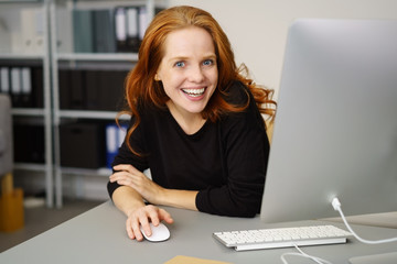 zufriedene mitarbeiterin im büro