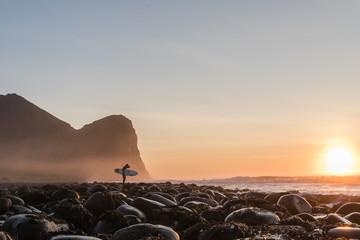 Foto op Plexiglas Diepbruine Surfing in lofoten