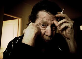 Uomo anziano, fumatore, tabagismo.