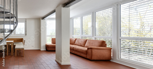 Wohnzimmer Erdgeschoss Mit Fensterfront Säule Und Wendeltreppe