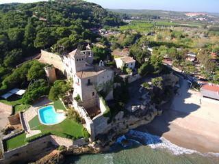 El castillo de Tamarit, de estilo románico, está situado sobre un promontorio a orillas del mar Mediterráneo en el término municipal de Tarragona (España)