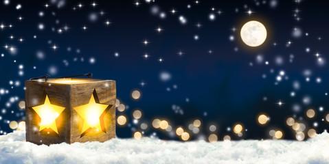 laterne in weihnachtlicher  schneelandschaft