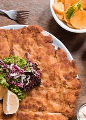 Wiener Schnitzel mit Bratkortoffeln auf dem Oktoberfest