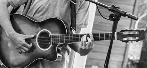 Tocando violão.