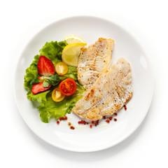 Photo sur Plexiglas Poisson Fish dish - fried fish fillet and vegetables