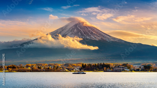Wall mural Fuji mountain and Kawaguchiko lake at sunset, Autumn seasons Fuji mountain at yamanachi in Japan.