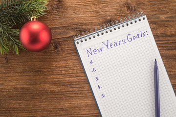 New Year's goals with colorful decorations on a table