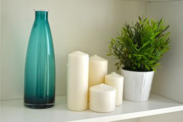 Dekoracja ze świeczkami i szklanym wazonem