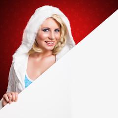 attaktive blonde Frau mit leerem Schild vor rotem Hintergrund