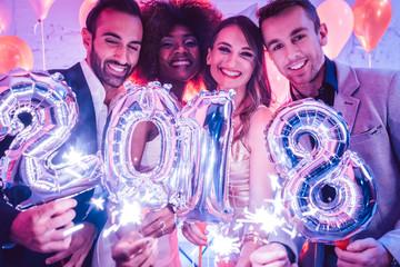 Party Frauen und Männer feiern Silvester 2018