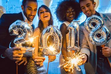 Gruppe von Party Leuten feiert das Jahr 2018