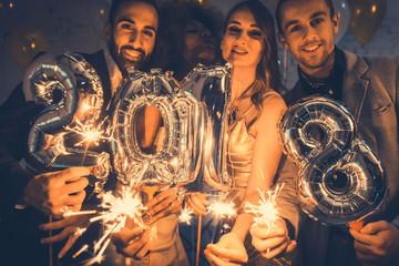 Männer und Frauen feiern das Neujahr 2018