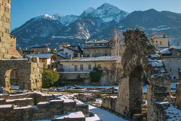 Anfiteatro romano nel centro storico di Aosta con la neve
