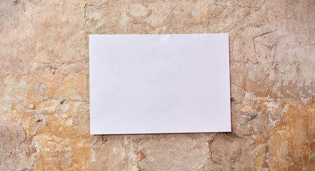 Leeres weißes Blatt Papier an Wand