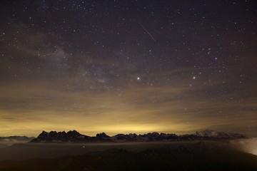 une nuit étoilée dans les Alpes
