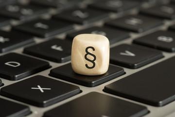 Ein Computer und ein Paragraph Zeichen