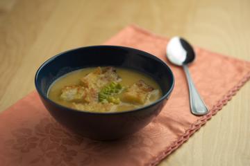 Zuppa di cavolfiore nella ciotola