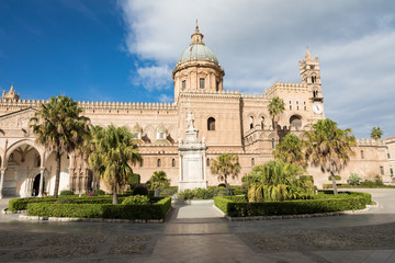 La pose en embrasure Palerme Palermo Cathedral is the cathedral church of the Roman Catholic Archdiocese of Palermo located in Sicily southern Italy.