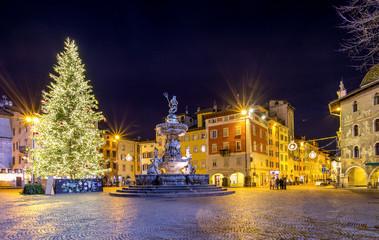 Albero di Natale e fontana del Nettuno in piazza Duomo a Trento