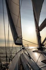 Segelyacht im Sonnenuntergang