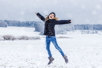 kind freut sich über den schnee
