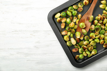 Photo sur Plexiglas Bruxelles Baking sheet with roasted brussel sprouts on light background