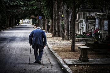 personne âgé cimetière