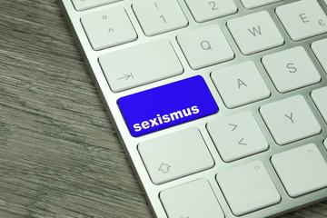Ein Computer und eine Taste mit dem Wort Sexismus
