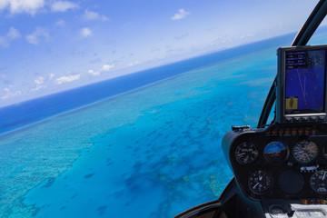 Hubschrauber über dem Great Barrier Reef in Australien