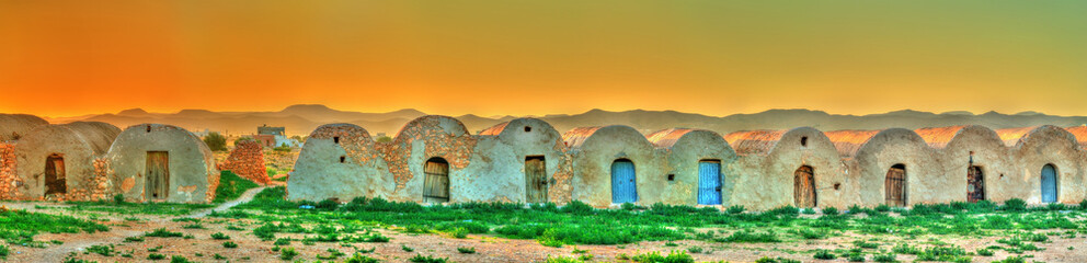 In de dag Tunesië Sunset above Ksar Ouled Boubaker in Tunisia