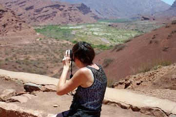 Femme photographiant le paysage