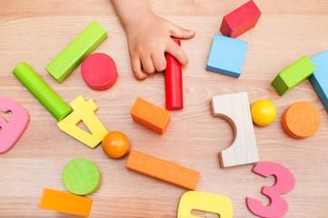 おもちゃを持つ子供 教育イメージ